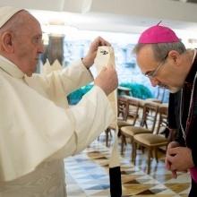 Papa Francesco dona il pallio al neo-Patriarca latino Pierbattista Pizzaballa