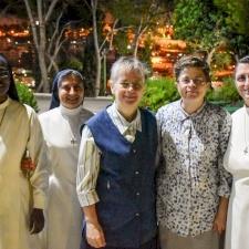 راهبات الدومينيكان للتقدمة يُصلين لأجل العائلات التي تمر بضيق