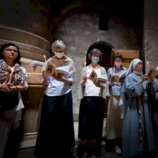 راهبات جماعة لويولا يُصلين من أجل شباب كنيسة القدس