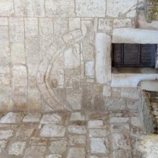La porta dell'Umiltà, da cui si accede alla Basilica della Natività, è serrata