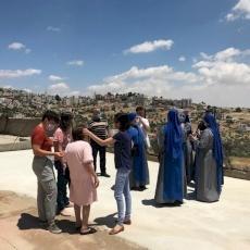أبناء قرية الطيبة يجتمعون لخدمة المسنين خلال فترة الإغلاق بسبب كورونا