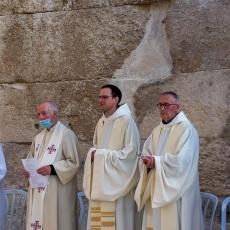 """المطران ماركوتسو مترأسًا القداس الإلهي في عمواس: """"الرجاء المسيحي لا يُخيّب الآمال"""""""