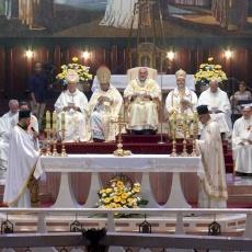 """Mgr Pizzaballa célèbre la """" Journée de la paix pour l'Orient """" et bénit l'icône de la Sainte Famille"""