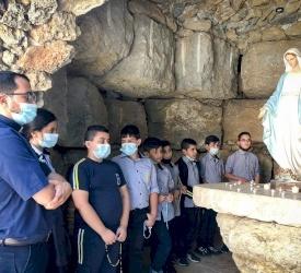 Gli studenti del Patriarcato latino pregano il Rosario per la pace, l'unità e la guarigione dalla malattia