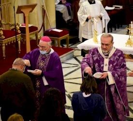 البطريرك بيتسابالا يترأس قداس أربعاء الرماد في البطريركية اللاتينية