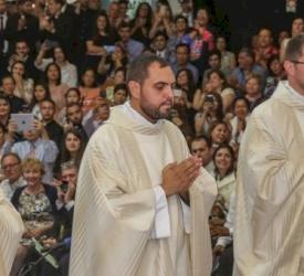Tres nuevos presbíteros ordenados del Seminario RedemptorisMater de Galilea para el Patriarcado Latino.Mons. Pizzaballa a los neo-ordenados: «Estad siempre dispuestos a aprender, porque el Reino de Dios crece continuamente».