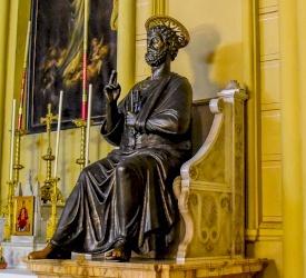 Antiquité : réplique exacte de la statue de Saint-Pierre du Vatican dans la co-cathédrale du Patriarcat latin