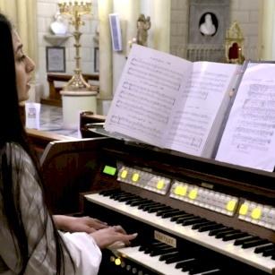 الآنسة سالي كسابري تتحدث عن الموسيقى الكنسية اللاتينية العربية في بحثها الأكاديمي