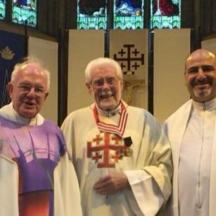 الاحتفال بقداس شكر للأب كيفن كيني، قانوني القبر المقدس الفخري، والمرشد الروحي لفرسان القبر المقدس في بريطانيا