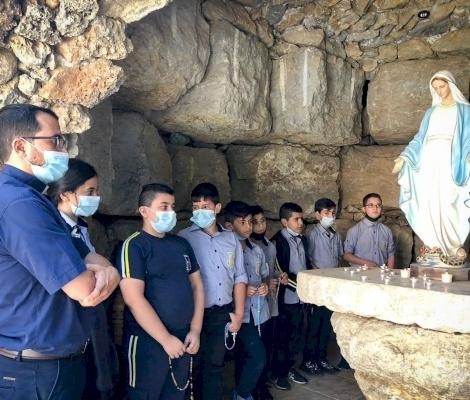 Les élèves du Patriarcat latin prient le rosaire pour la paix, l'unité et la guérison des maladies