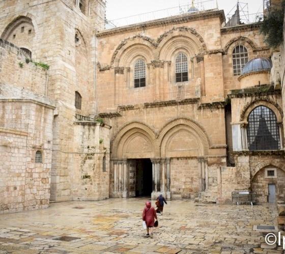 كنيسة القيامة تُعيد فتح أبوابها للمؤمنين تحت إجراءات السلامة
