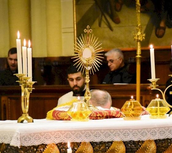 مجلس كهنة البطريركية اللاتينية يدعو إلى إقامة سجود للقربان الأقدس