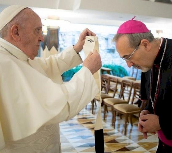 البابا فرنسيس يمنح الباليوم لغبطة البطريرك الجديد بييرباتيستا بيتسابالا