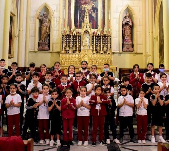 """Les élèves des écoles catholiques s'unissent dans la prière en réponse à l'initiative """"Un million d'enfants prient le rosaire"""""""