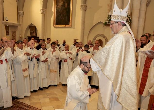 الشماس فراس عبدربه ينال الرسامة الكهنوتية ويترأس قداسه الأول في رعية بيت جالا