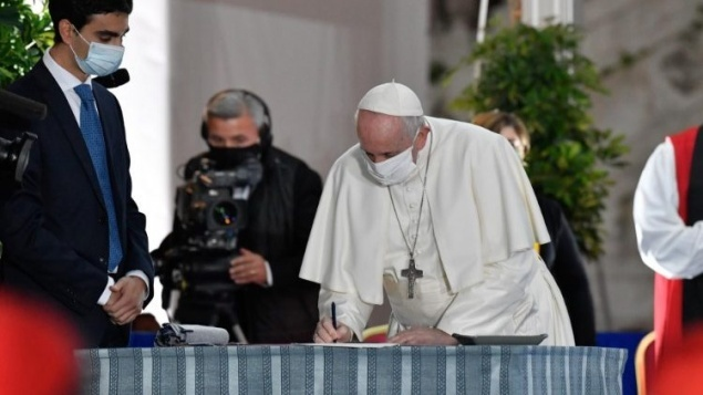 البابا فرنسيس يوقع على نداء السلام في ختام لقاء الصلاة من أجل السلام في روما