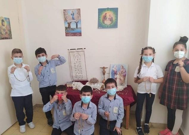 طلاب مدارس البطريركية اللاتينية يصلون المسبحة الوردية من أجل الوحدة والسلام