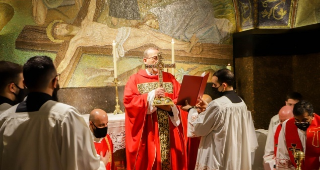 Patriarch Pizzaballa presides over Passion of the Lord service at Holy Sepulchre