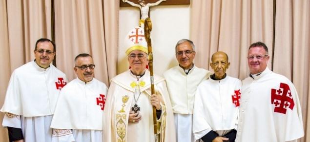 """المطران بولس ماركوتسو يمنح """"لقب قانوني القبر المقدس"""" لعدد من كهنة البطريركية اللاتينية"""